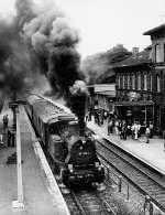 zuge-vitzenburg---querfurt/81038/dr-89-1004--dr-38 DR 89 1004 + DR 38 1182 am Zugende, mit einem Intraflug-Sonderzug von Stuttgart nach Frankfurt (M) im Bf Querfurt; 02.09.1983 (Foto: Eisenbahnstiftung Joachim Schmidt http://www.eisenbahnstiftung.de/)